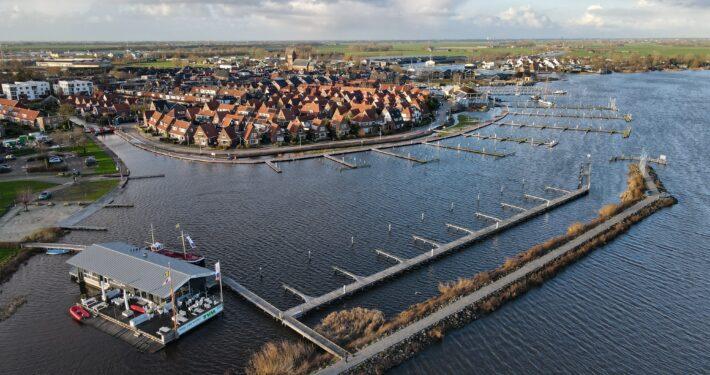 Grou omsloten door water. Dronefotografie: Press4All